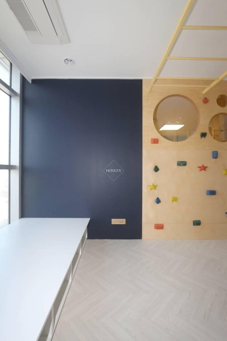 집안에 가족의 놀이공간 만들기_68py: 홍예디자인의  아이방,인더스트리얼