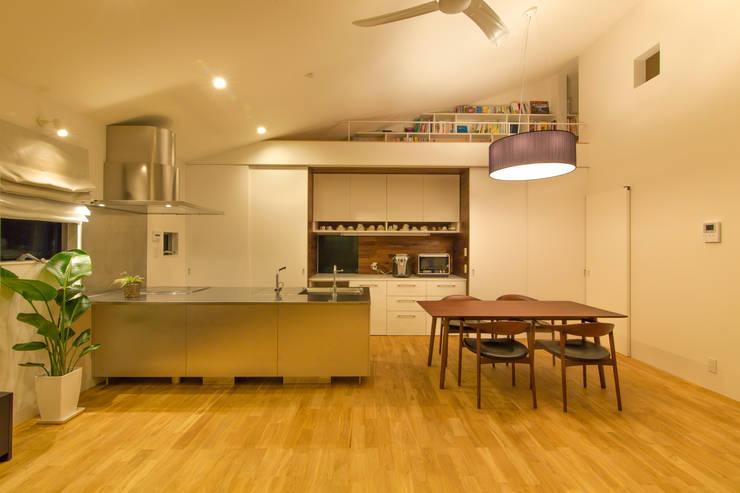 キッチン収納: インデコード design officeが手掛けたダイニングです。