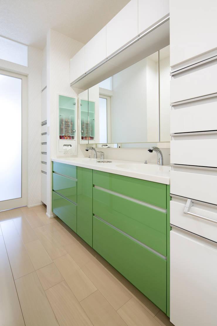 パウダ-ル-ム: 一級建築士事務所ATELIER-LOCUSが手掛けた浴室です。,モダン セラミック