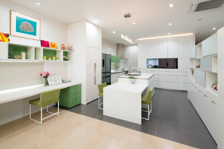 キッチンスペース: 一級建築士事務所ATELIER-LOCUSが手掛けたキッチンです。,モダン 磁器