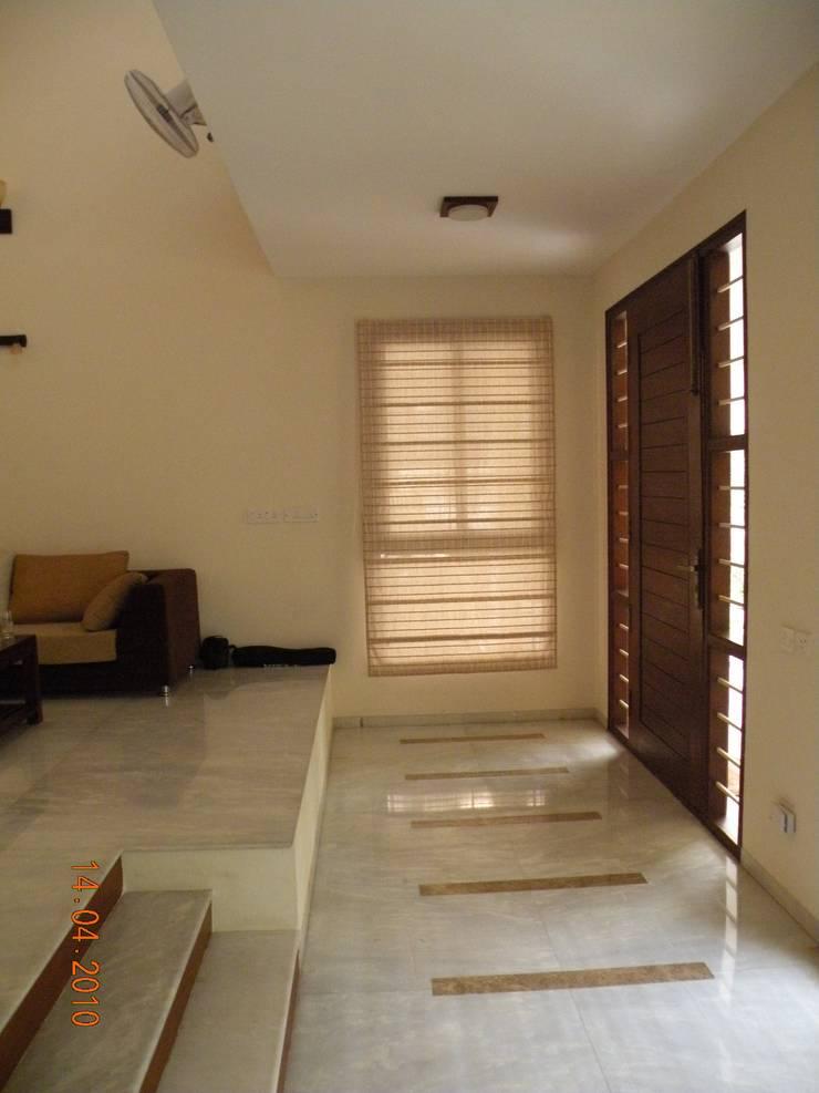 Prashanth's Residence:  Living room by ICON design studio