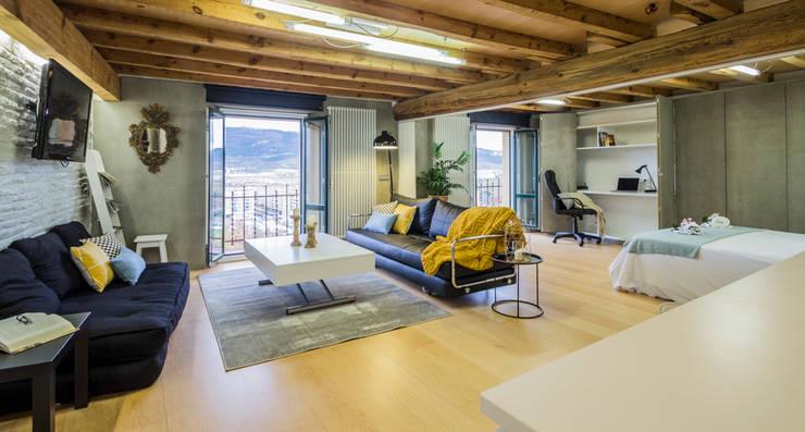 Sala de Estar: Hoteles de estilo  de jaione elizalde estilismo inmobiliario - home staging