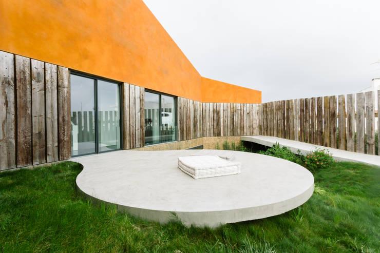 Jardins modernos por Atelier Data Lda
