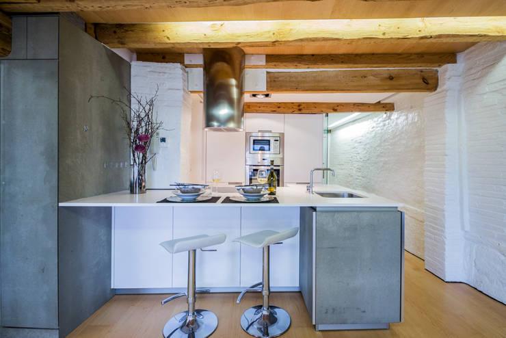 Cocina: Hoteles de estilo  de jaione elizalde estilismo inmobiliario - home staging