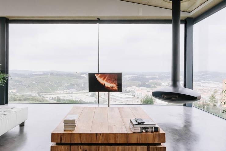 Casa Varatojo : Salas de estar  por Atelier Data Lda