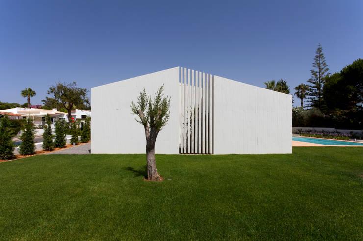 Casa Sol: Casas  por Atelier Data Lda
