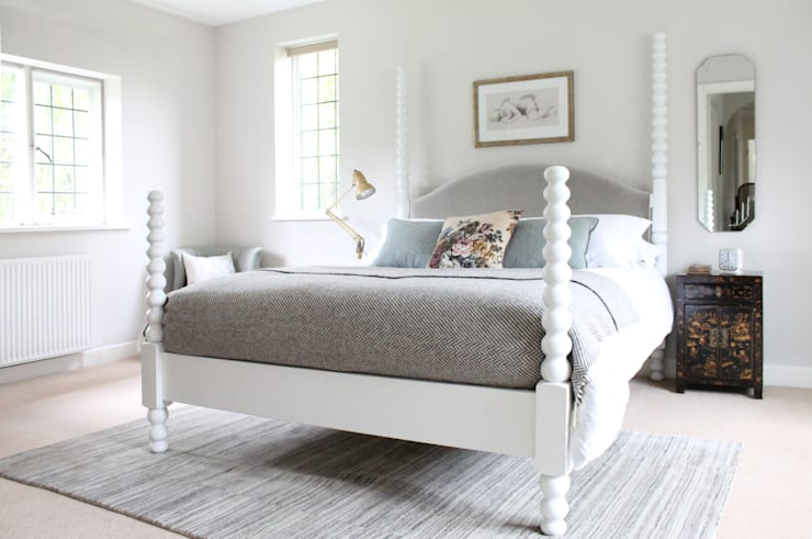 Coniston poster bed with upholstered headboard:  Bedroom by TurnPost