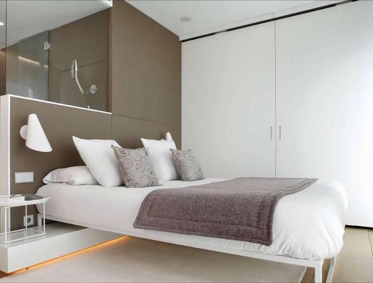 Camera da letto in stile  di ruiz narvaiza associats sl