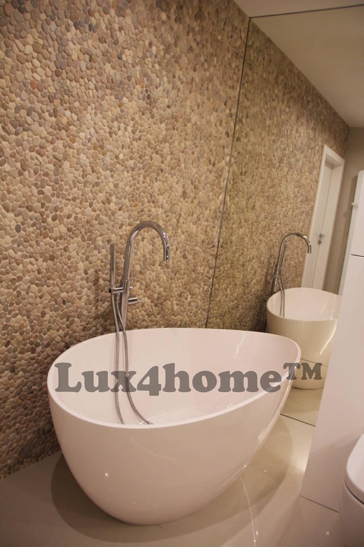 Beżowe otoczaki ściany - mozaika z otoczaków: styl , w kategorii Łazienka zaprojektowany przez Lux4home™