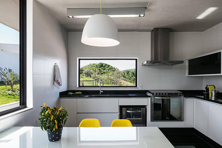 Casa JJ: Cozinhas  por obra arquitetos ltda
