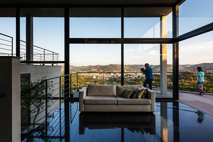 Casa JJ: Salas de estar  por obra arquitetos ltda
