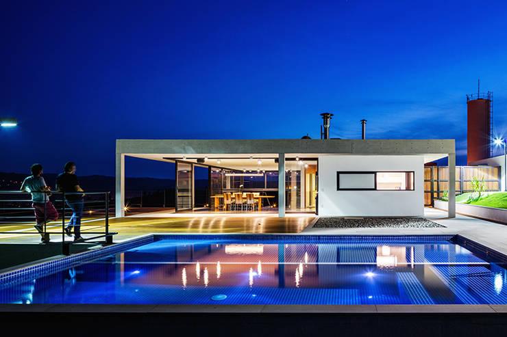 Casa JJ: Piscinas  por obra arquitetos ltda