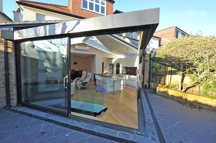 Garden/Living transition:  Conservatory by Paul Wiggins Architects