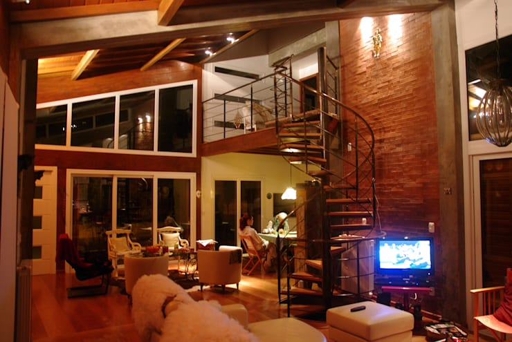 Residência RLC: Salas de estar  por Squadra Arquitetura,