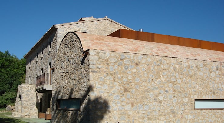Masia: Casas de estilo moderno de ruiz narvaiza associats sl