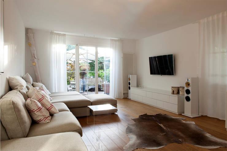 Haus E19: moderne Wohnzimmer von Holzerarchitekten