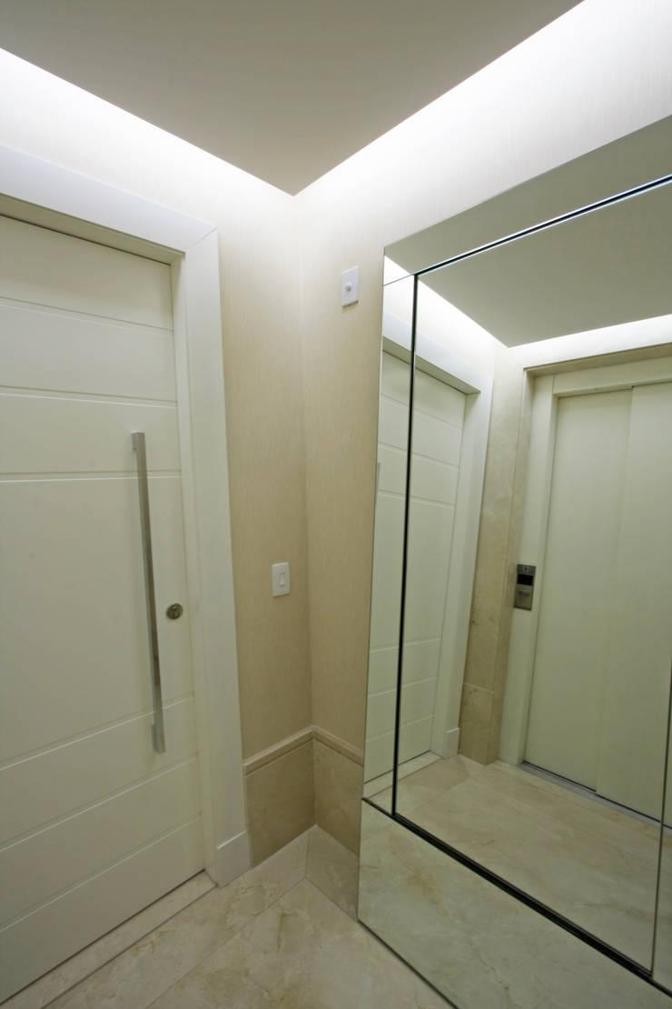 Apartamento Granja Julieta: Corredores e halls de entrada  por Officina44