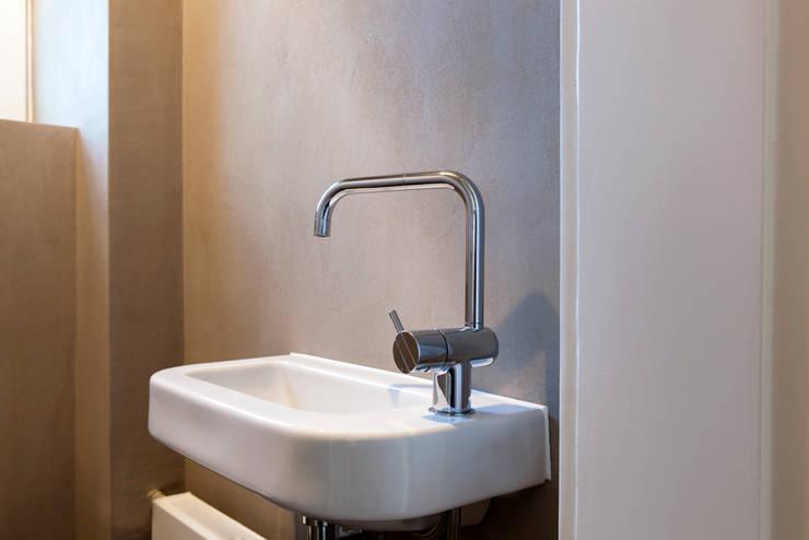 Ванные комнаты в . Автор – Holzerarchitekten, Модерн