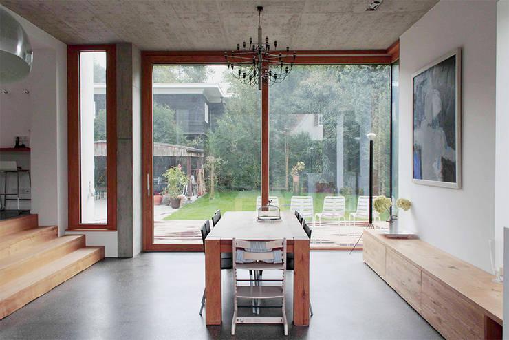 Haus L125: moderne Esszimmer von Holzerarchitekten