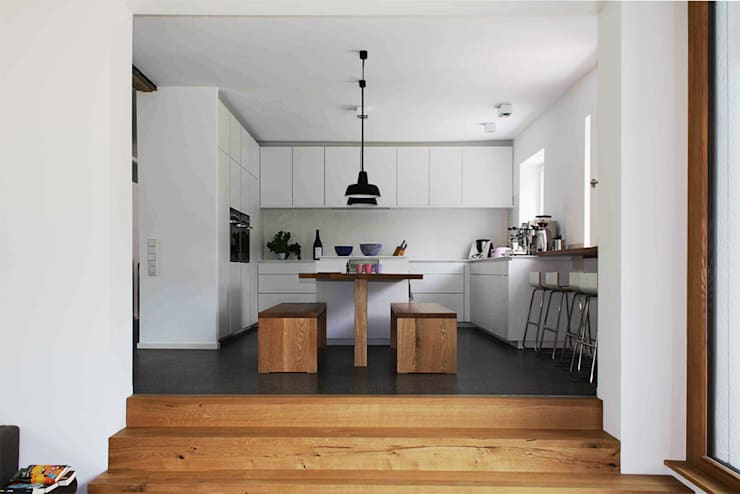 Cocinas de estilo moderno por Holzerarchitekten