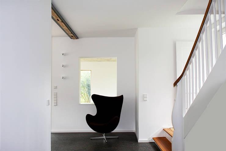Haus L125:  Flur & Diele von Holzerarchitekten