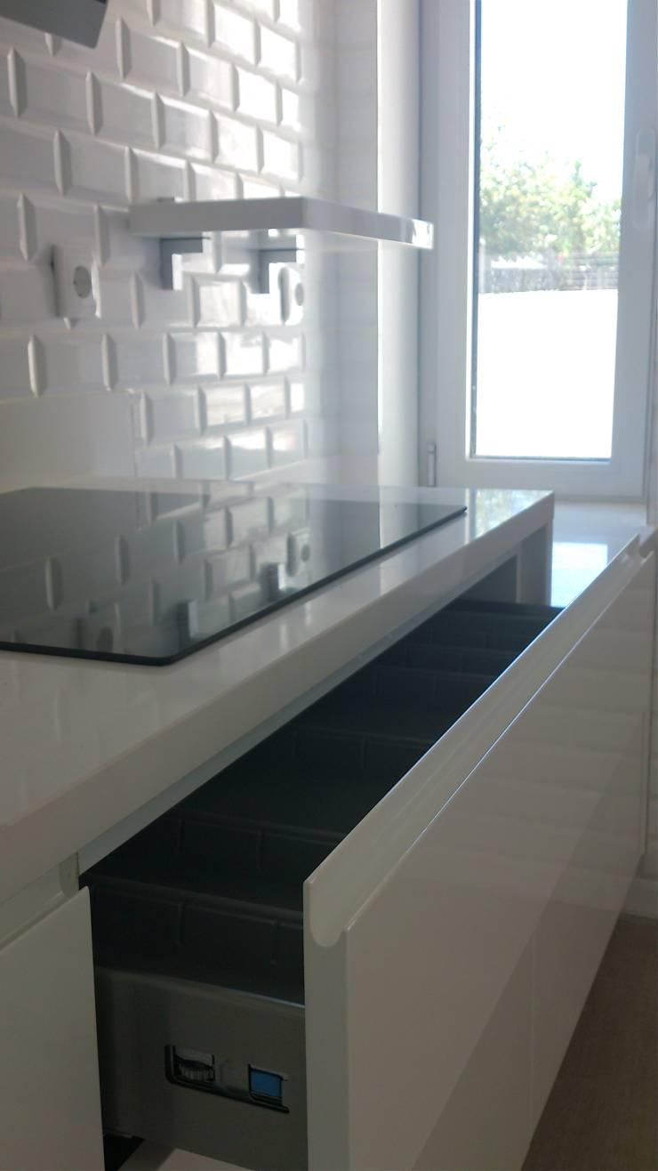 COZINHA VISO: Cozinha  por Atelier Ana Pereira Arquitetura e Decoração de Interiores