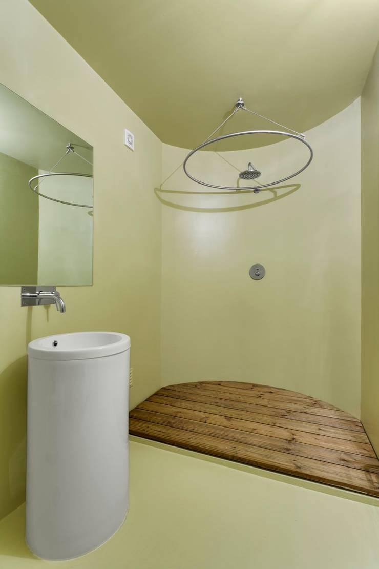 Renovação de uma casa em Viseu: Casas de banho  por BAU UAU ARQUITECTURA