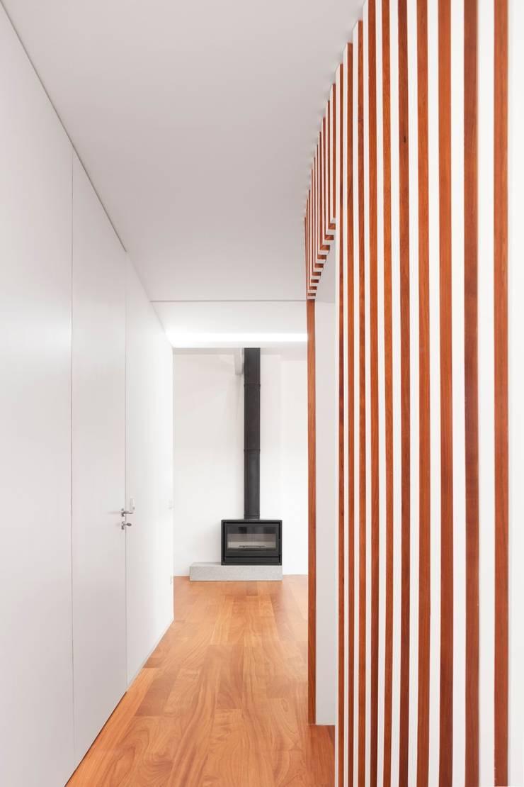 Renovação de uma casa em Viseu: Salas de estar  por BAU UAU ARQUITECTURA