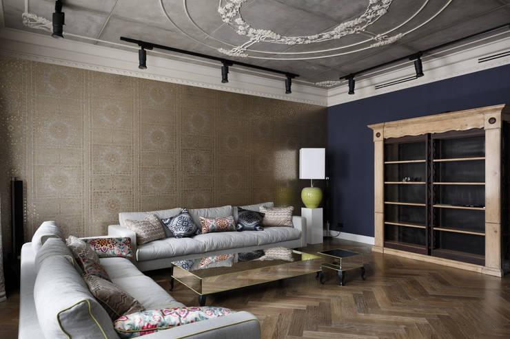 Wohnzimmer von Студия дизайна интерьера 'Юдин и Новиков'