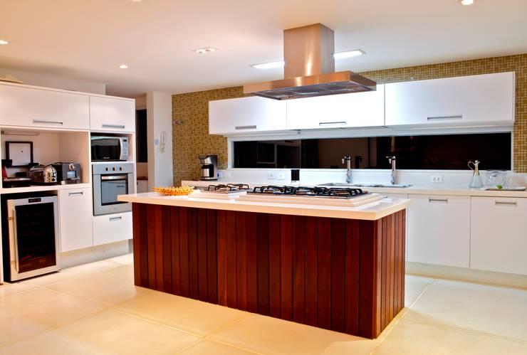 Kitchen by Mônica Gervásio Arquitetura & Design