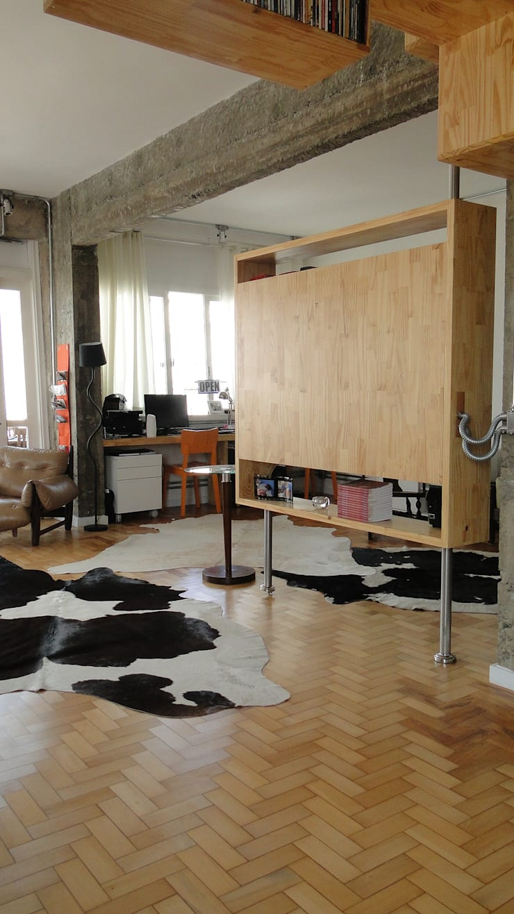 painel de tv pivotante: Salas de estar  por omnibus arquitetura,