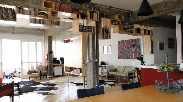 nichos como estante: Salas de estar  por omnibus arquitetura,