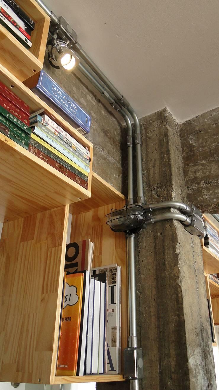 detalhe de pilares, vigas, tubulação aparente e nichos: Escritório e loja  por omnibus arquitetura,