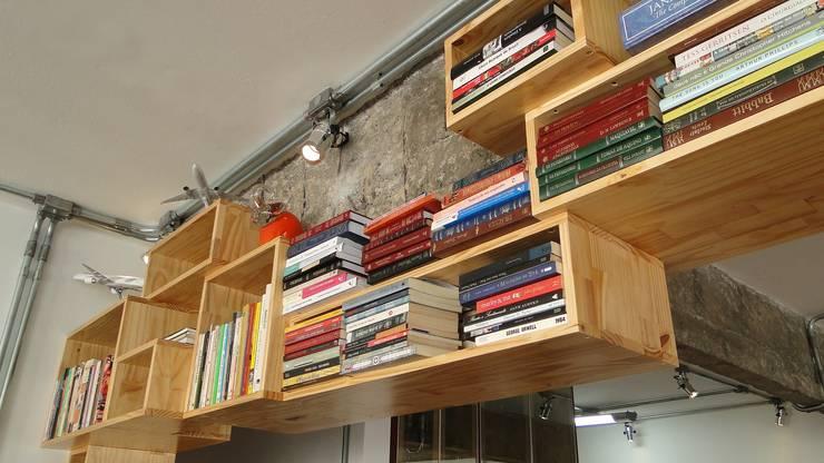 nichos e vigas aparentes: Salas de estar  por omnibus arquitetura,