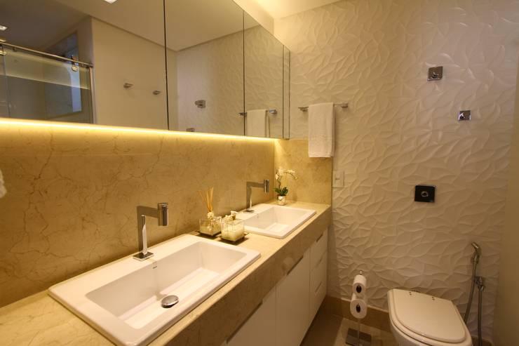 Uma cobertura estilo moderno e minimalista: Banheiros  por Oleari Arquitetura e Interiores