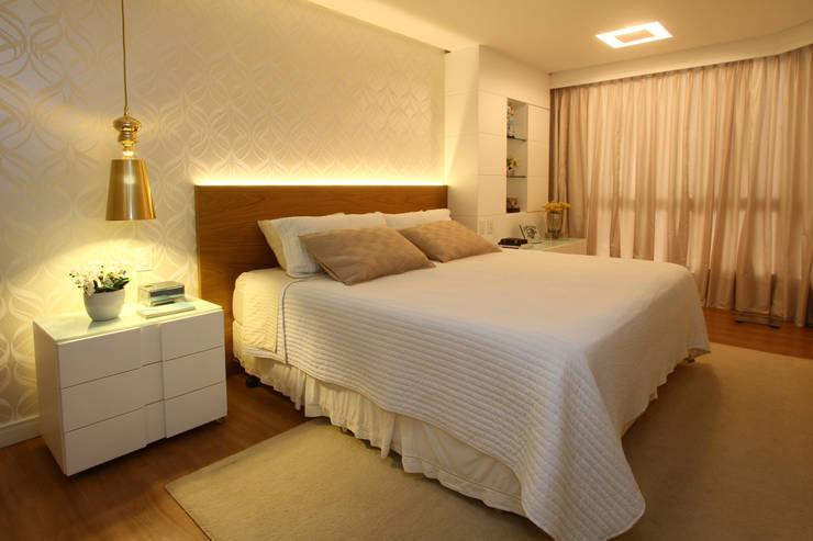 Uma cobertura estilo moderno e minimalista: Quartos  por Oleari Arquitetura e Interiores