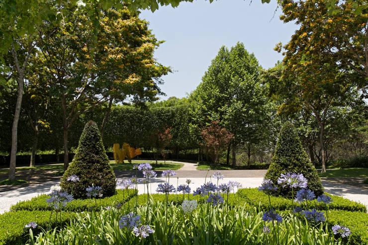 Casa em Barueri: Jardins clássicos por Luciana Moraes Paisagismo