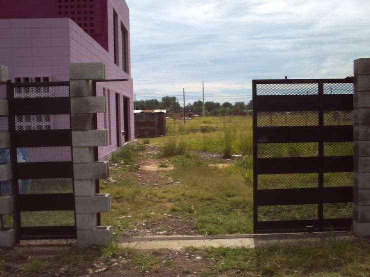 Casa de bloques 20-40: Paredes de estilo  por Arq. Luciano Altube
