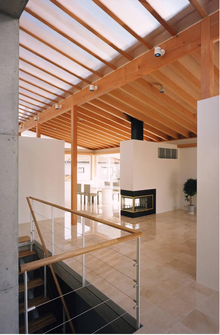 岩園の家Ⅱ: 株式会社  小林恒建築研究所が手掛けたリビングです。