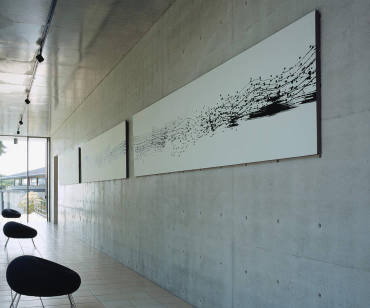 奥池のアトリエ: 株式会社  小林恒建築研究所が手掛けた廊下 & 玄関です。