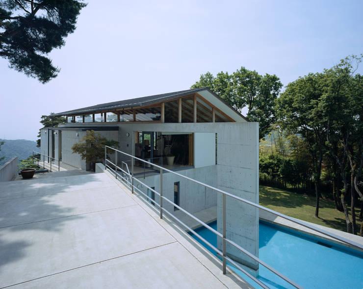 奥池のアトリエ: 株式会社  小林恒建築研究所が手掛けた家です。