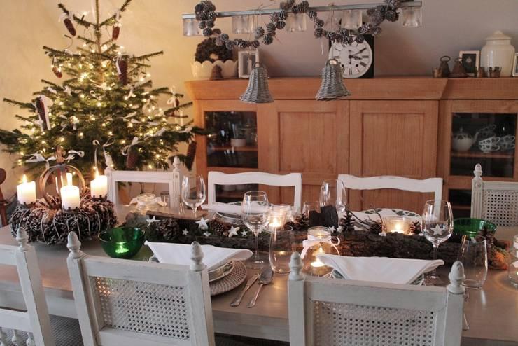 Stimmungsvolle, weihnachtlich gedeckte Tafel ohne großen Aufwand: landhausstil Esszimmer von Me & Harmony