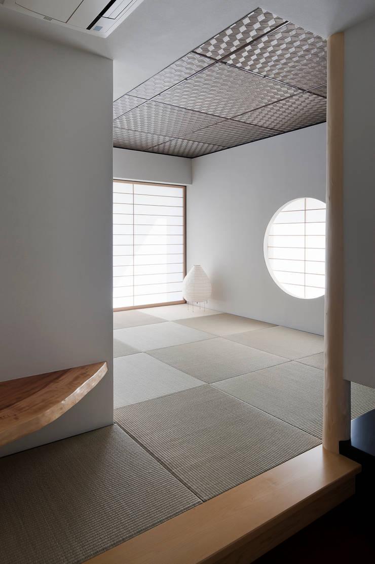 丸窓が映える和室: 根來宏典建築研究所が手掛けた和室です。,