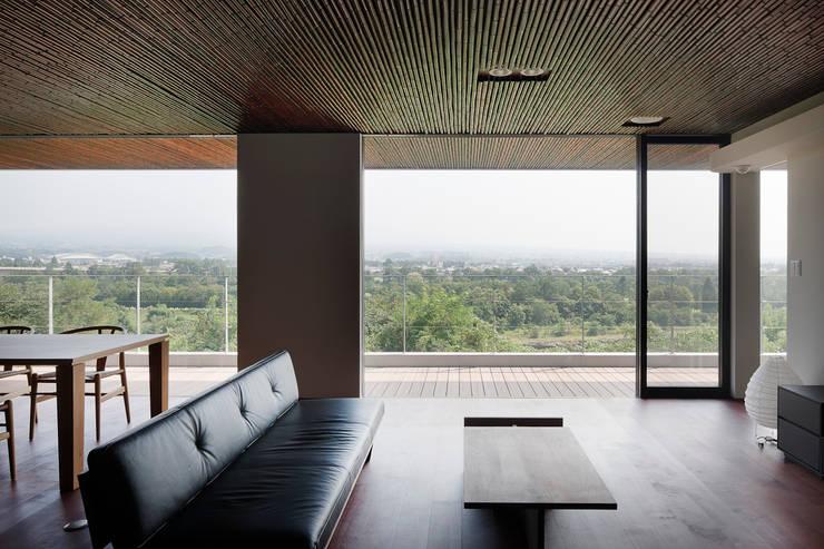 赤城山に向かって: 根來宏典建築研究所が手掛けたリビングです。,