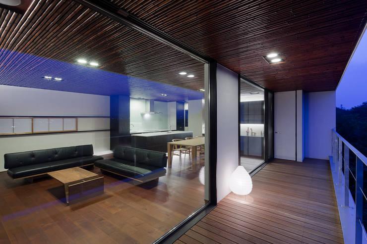 内外一体感のあるバルコニー: 根來宏典建築研究所が手掛けたテラス・ベランダです。,