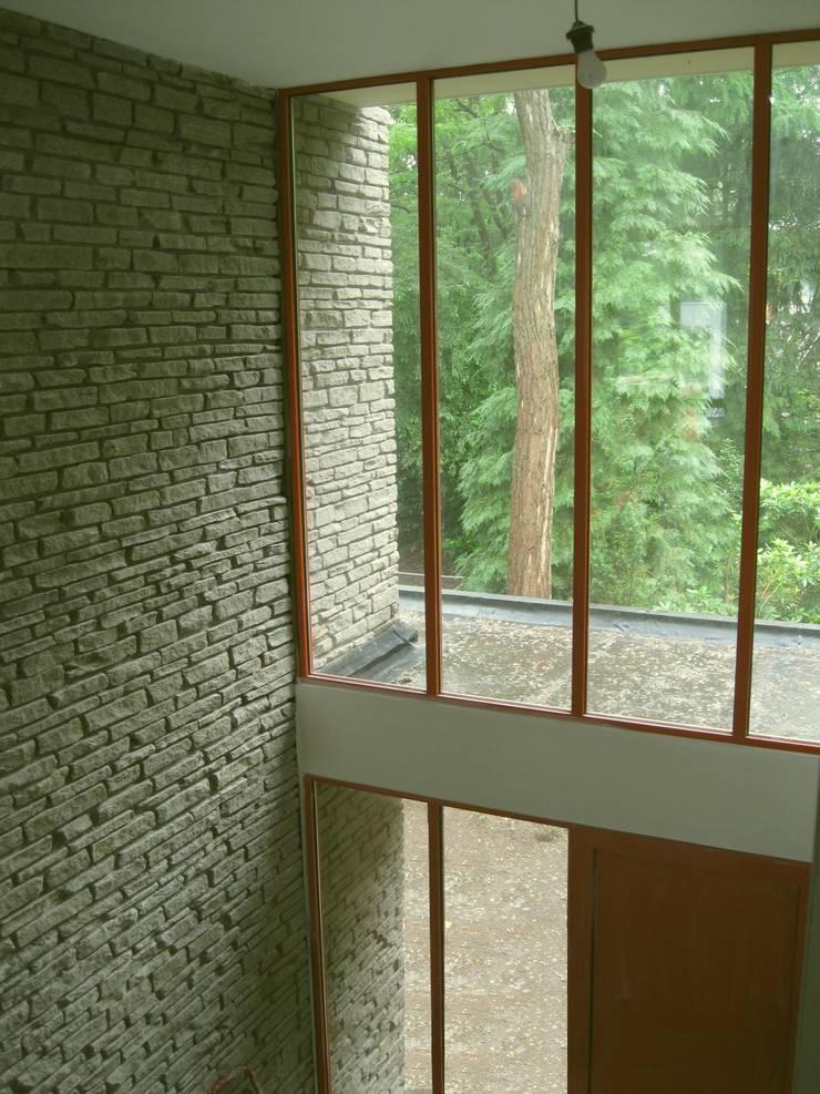 Villa Halsteren:  Gang en hal door STROOM architecten