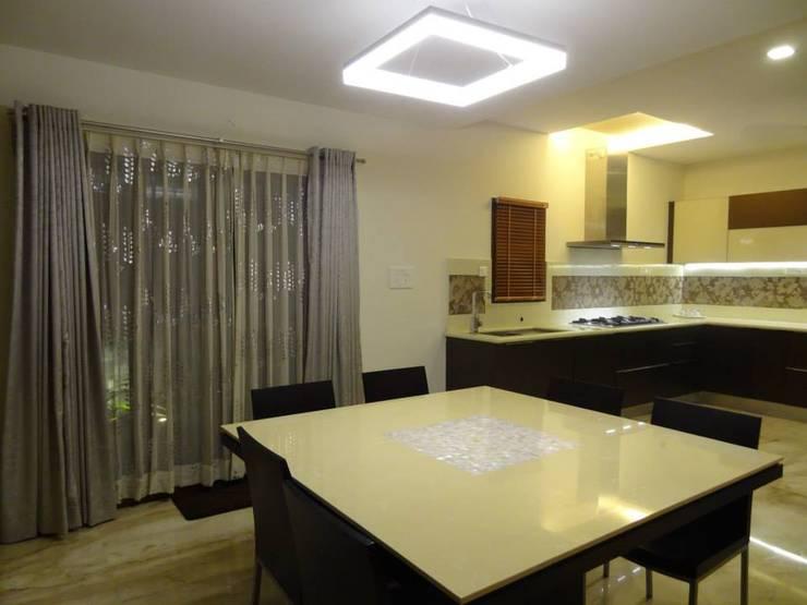 Maddineni Residence:  Dining room by Freelance Designer