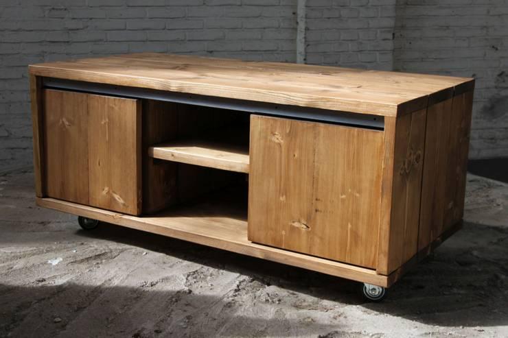 Tv-meubel met schuifdeurtjes:  Woonkamer door Ab Houtcreaties
