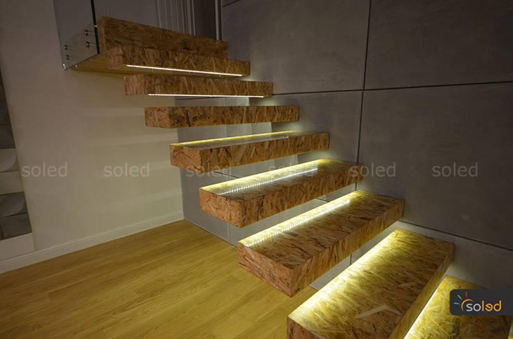 Wiszące schody z oświetleniem LED - SOLED: styl , w kategorii Korytarz, przedpokój zaprojektowany przez SOLED Projekty i Dekoracje Świetlne Jacek Solka,Nowoczesny