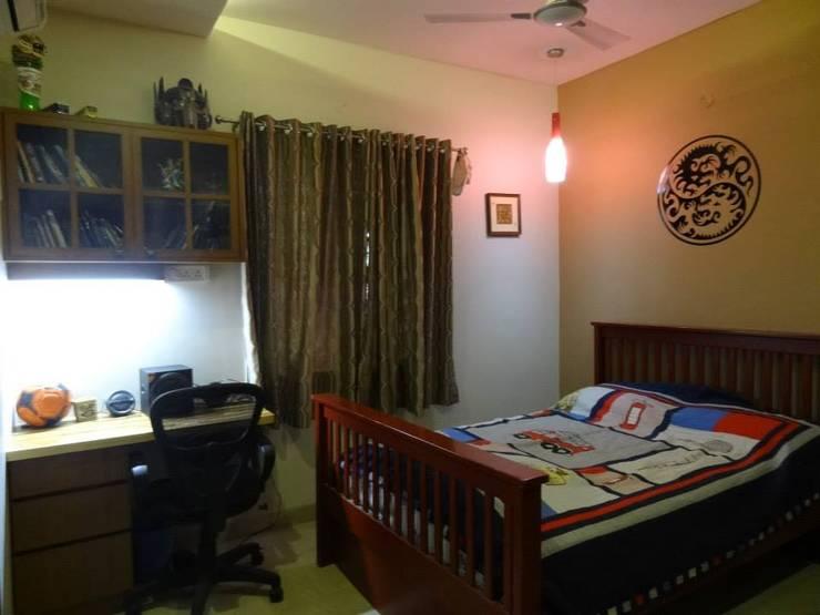 A cozy cottage feel Home.:  Bedroom by Freelance Designer